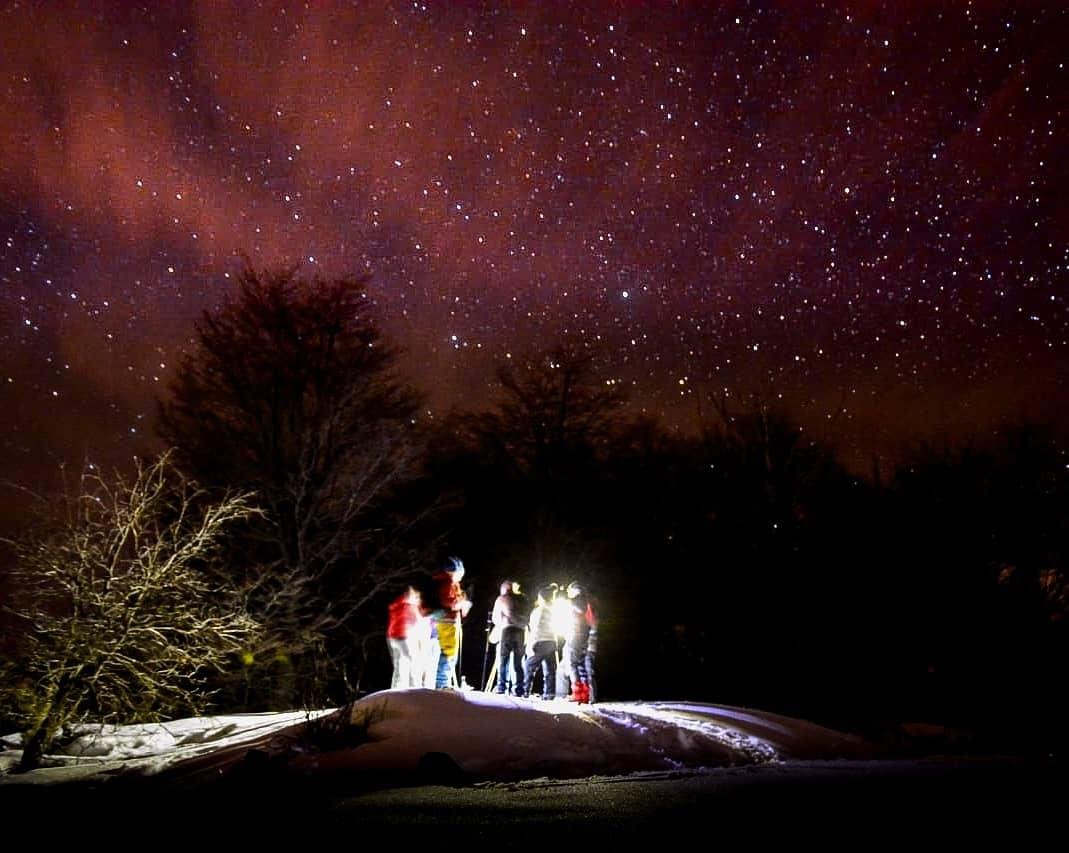 personas en caminata nocturna
