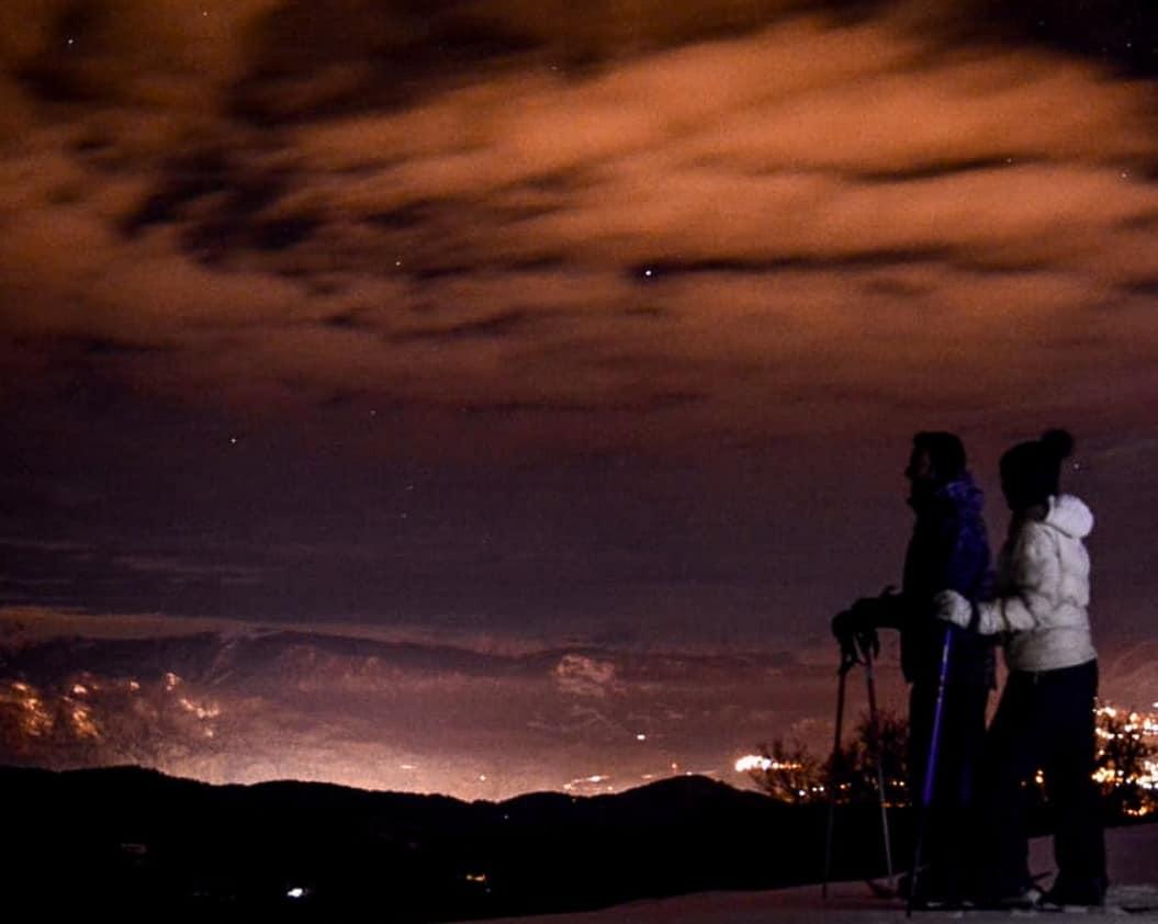 gente en caminata nocturna