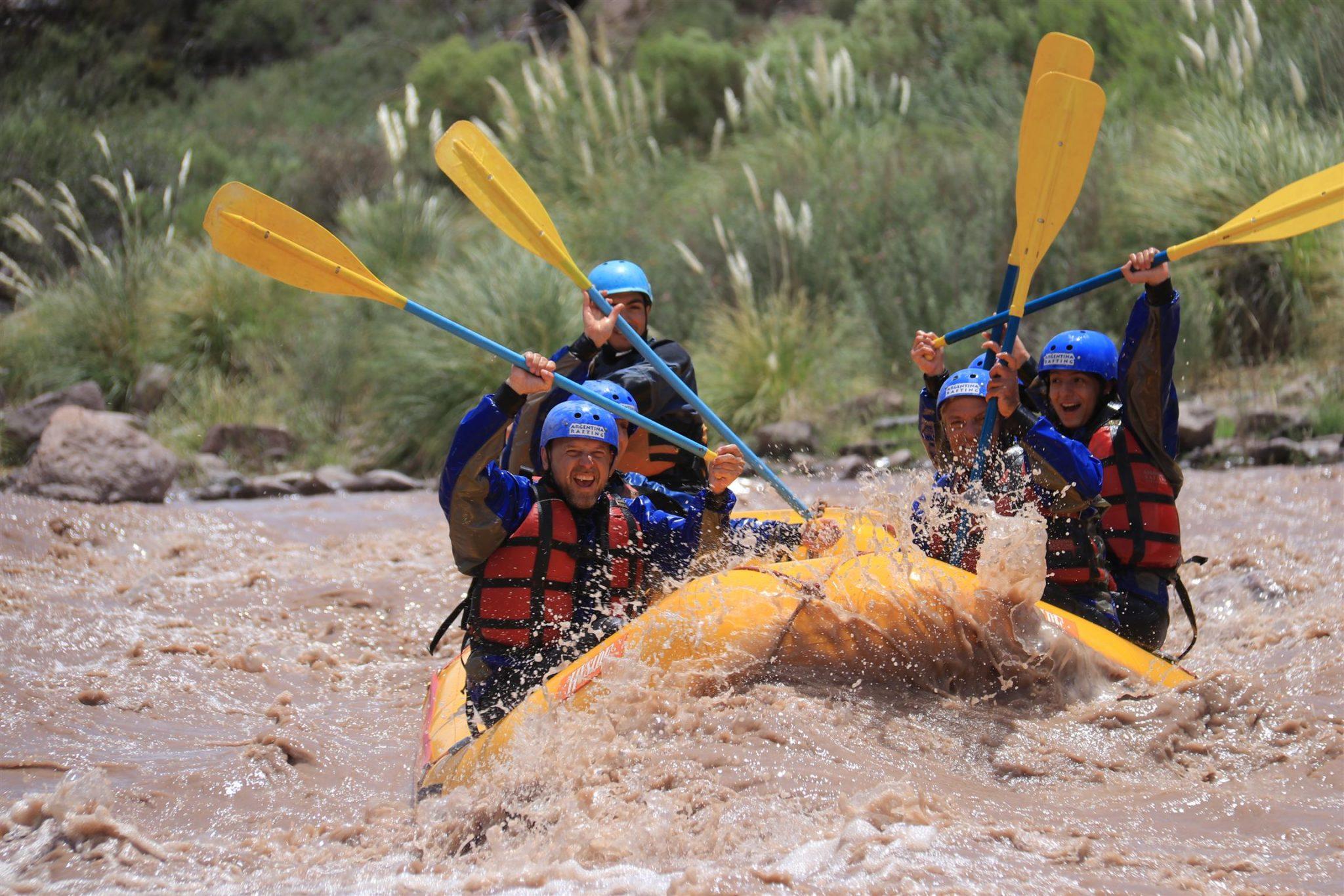 gente divirtiendose rafting