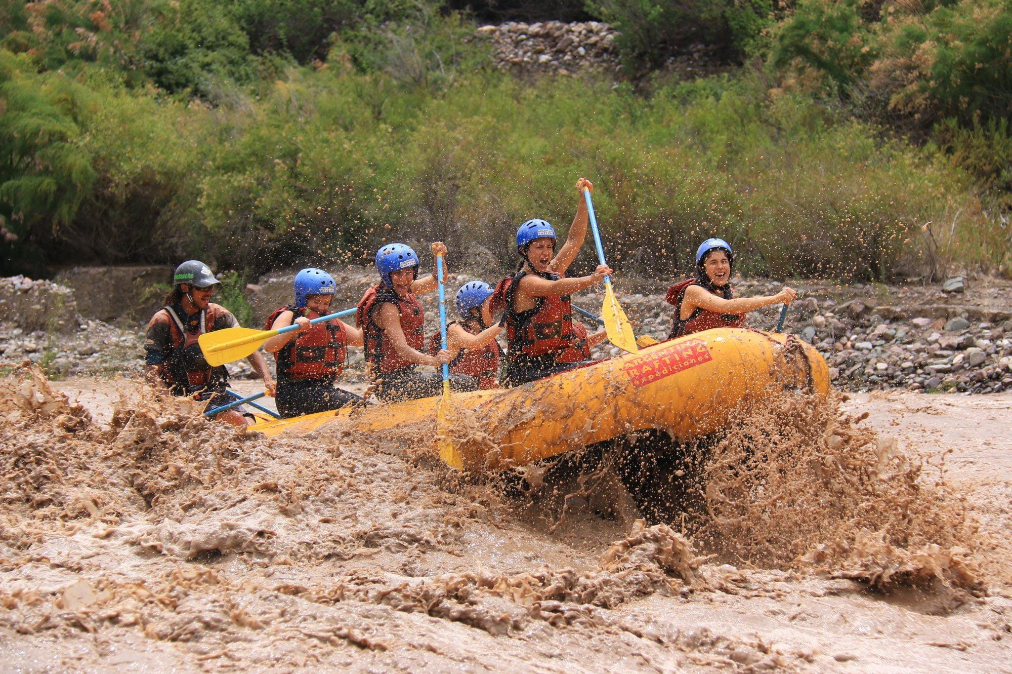 gente haciendo rafting