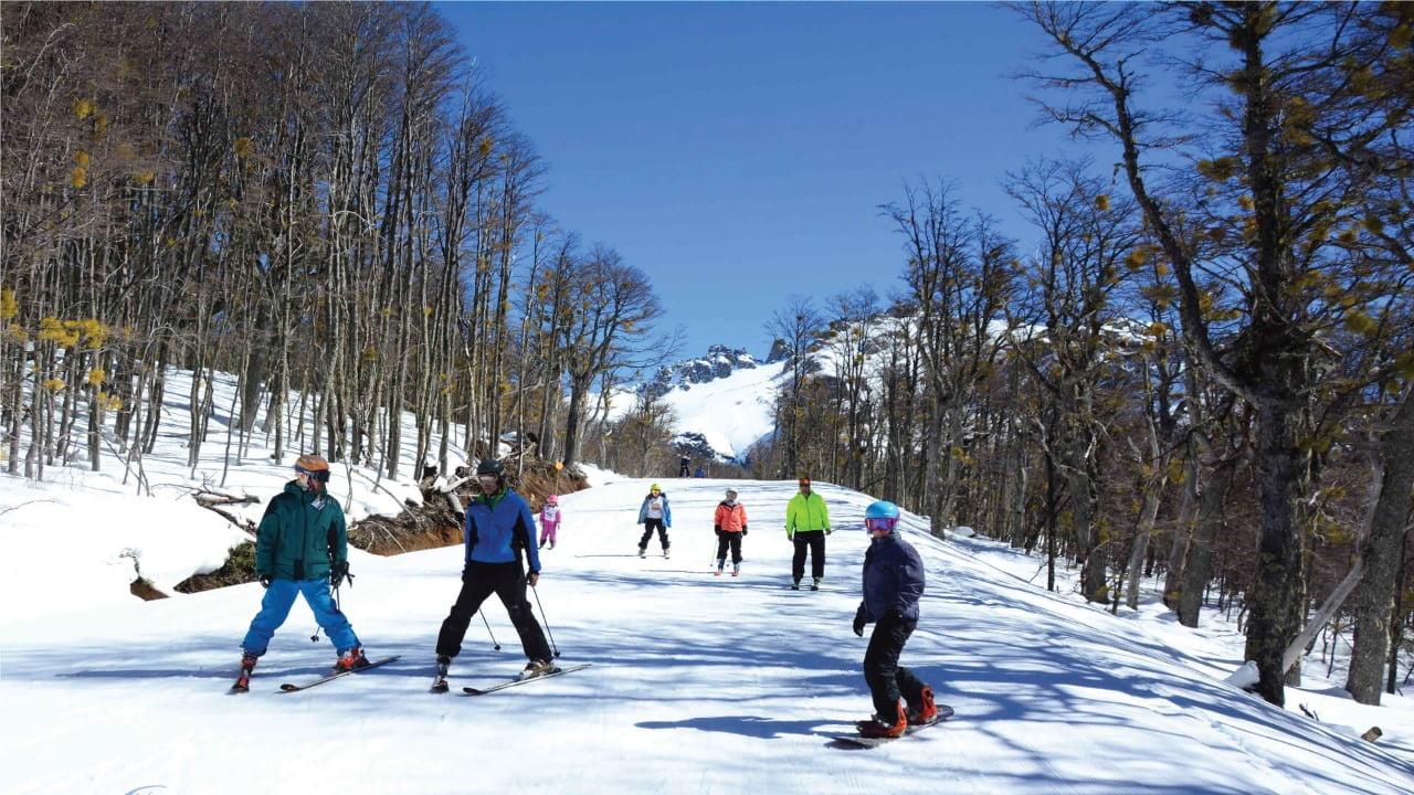 gente esquiando en cerro perito moreno