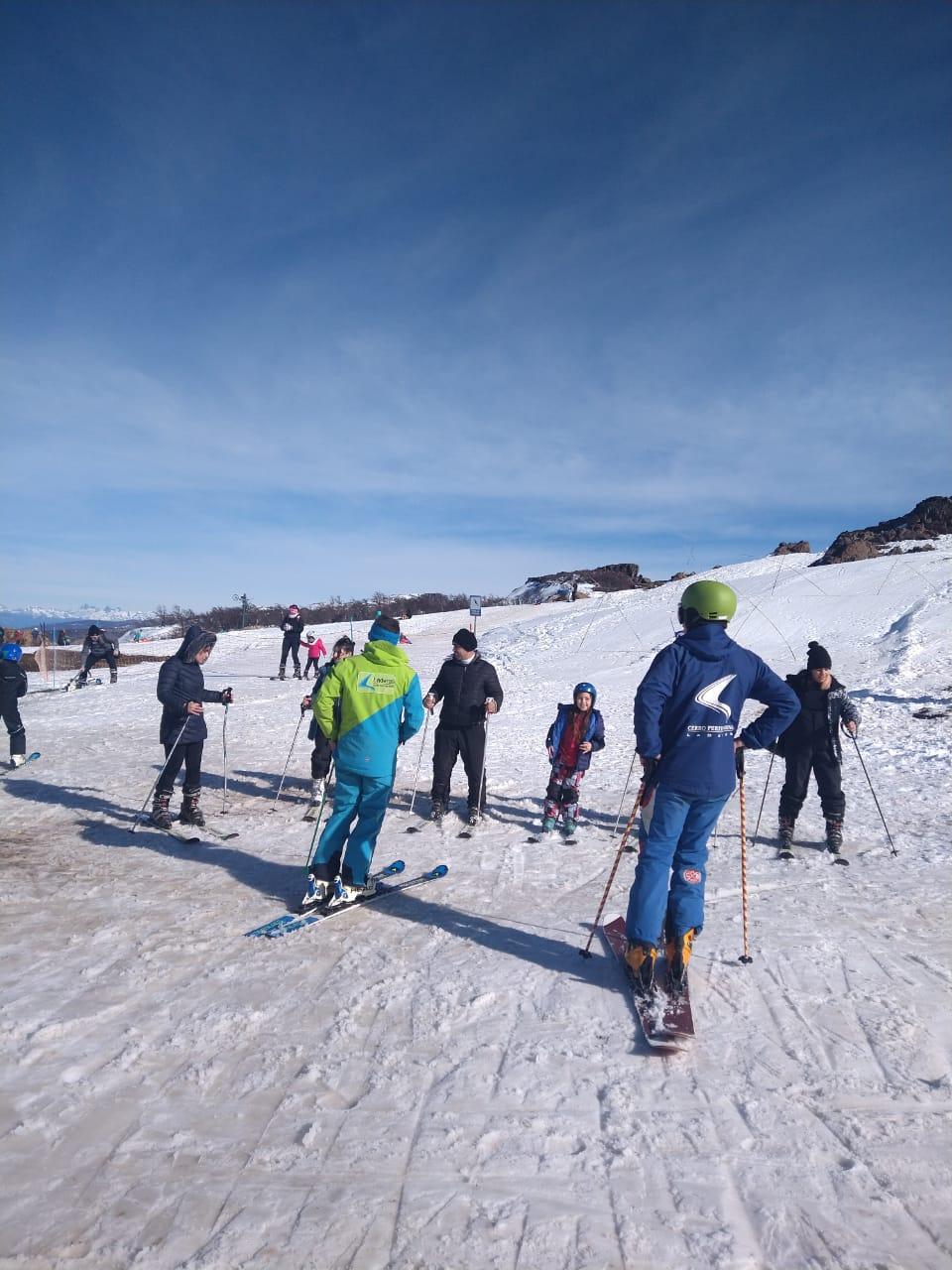 personas aprendiendo a esquiar